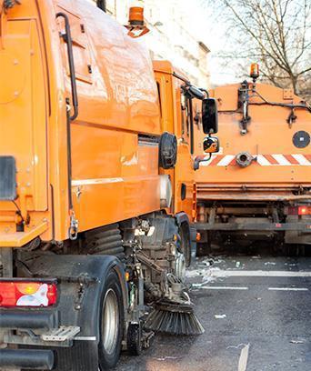 zamiatarki czyszczące ulicę